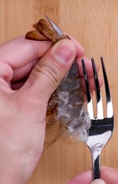 Креветки идеально чистятся вилкой