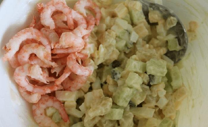 Плоды огурцов обсушить и нарезать