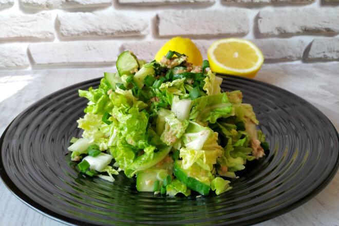 Салат из пекинской капусты, огурцов и консервированного тунца 1