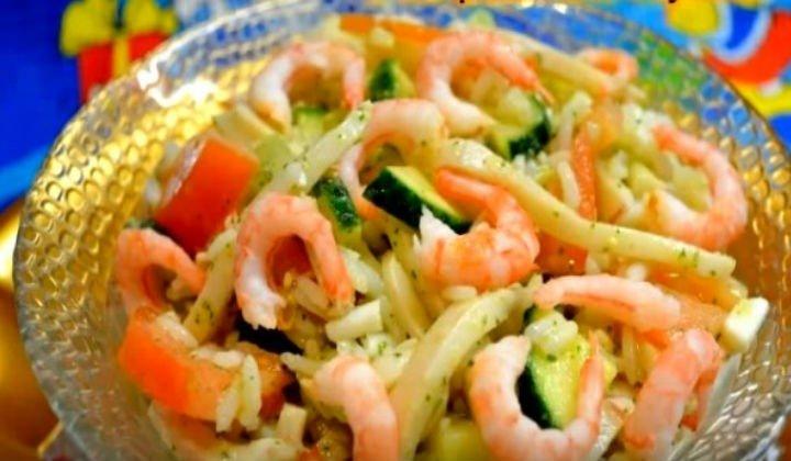Салат с кальмарами и креветками под соусом