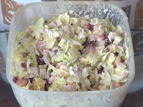 Салат с креветками, ананасами, пекинской капустой и крабовыми палочками