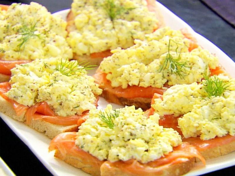 бутерброды с красной рыбой и салатом из яиц на праздничный стол