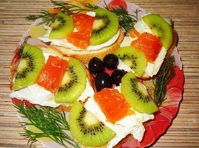 Простые и вкусные бутерброды с красной рыбой и киви