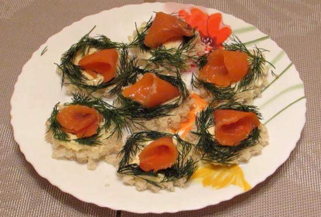Бутерброды с красной рыбой и сливочным сыром на праздничный стол