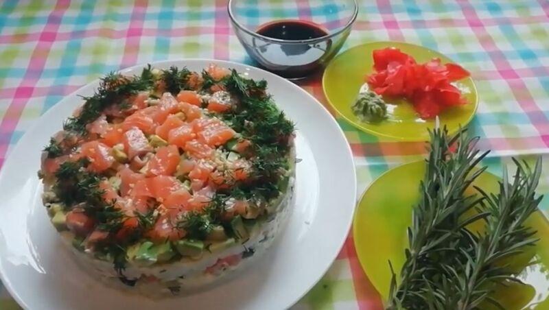 Очень вкусный салат «Суши» — рецепт с красной рыбой слоями