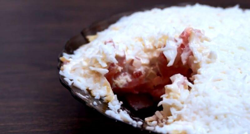 Слоеный «Флагман»: с помидорами, сыром и яйцом