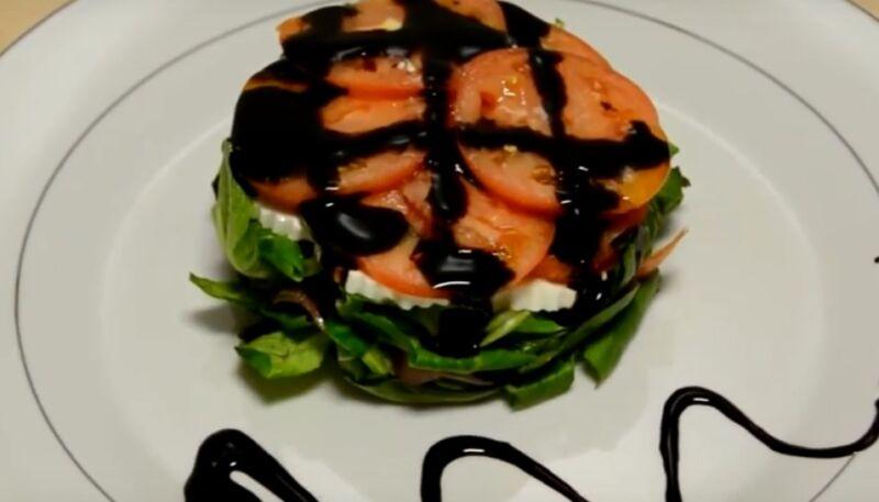 Салат с соленой красной рыбой, помидорами и сыром