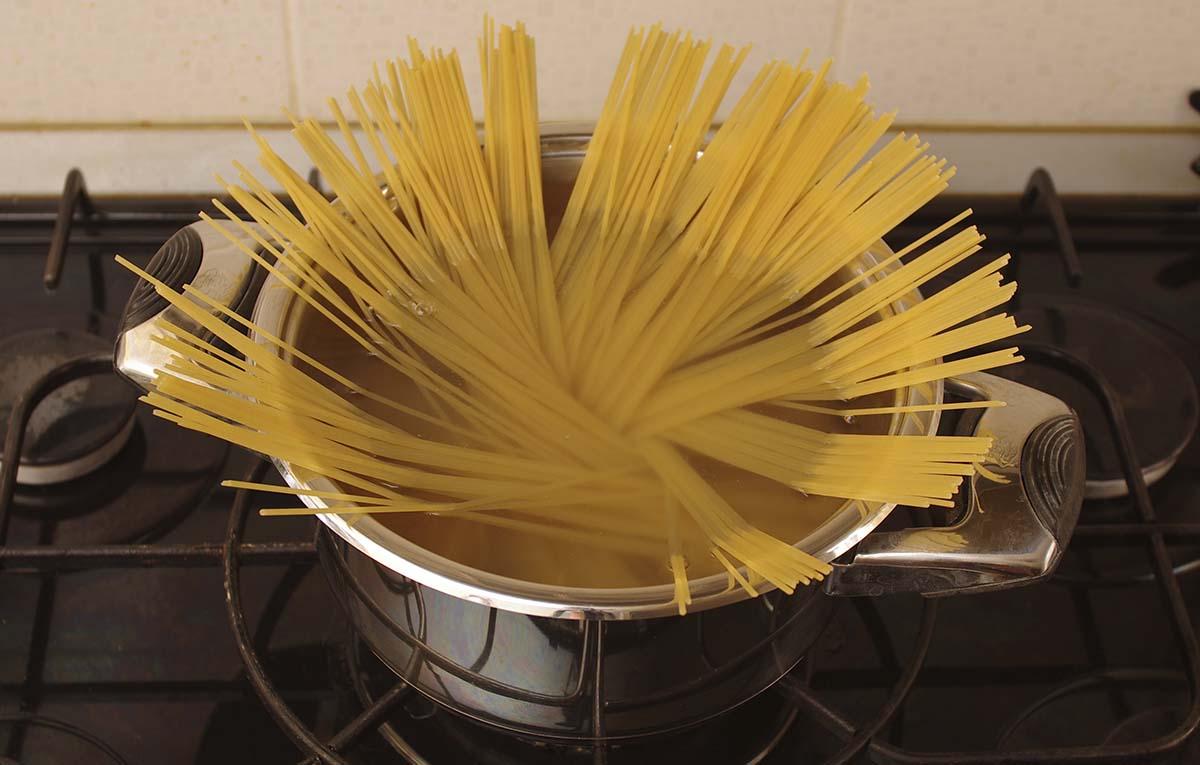 Спагетти резко отпустить, чтобы они веером упали в кастрюлю