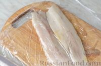 Фото приготовления рецепта: Фуршетные рулетики из сельди с плавленым сыром и солёными огурцами - шаг №2