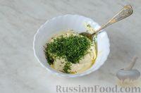 Фото приготовления рецепта: Фуршетные рулетики из сельди с плавленым сыром и солёными огурцами - шаг №5