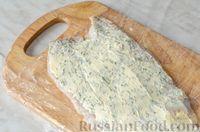 Фото приготовления рецепта: Фуршетные рулетики из сельди с плавленым сыром и солёными огурцами - шаг №7