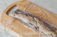 Фото приготовления рецепта: Фуршетные рулетики из сельди с плавленым сыром и солёными огурцами - шаг №10