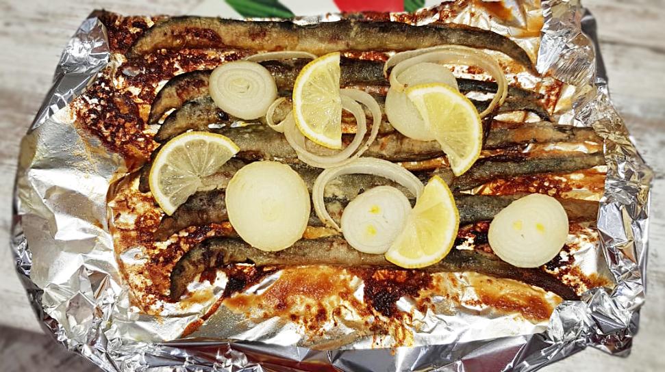 Фото рецепта - Рыба минога запеченная с луком - шаг 4