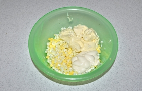 Готовится закуска просто. Отварные яйца нарезаем мелким кубиком, добавляем к ним плавленый сыр и майонез.