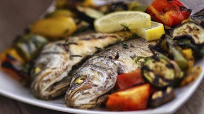 Подаем приготовленную рыбу с рисом или картофелем