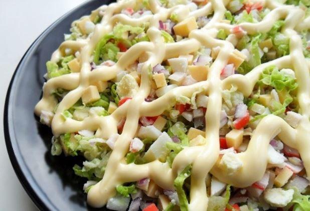 Как приготовить салат с пекинской капустой и крабовыми палочками