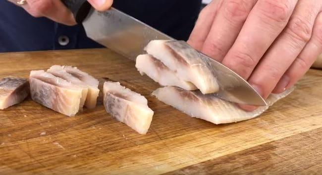 нарезаем филе селедки длинными полосками