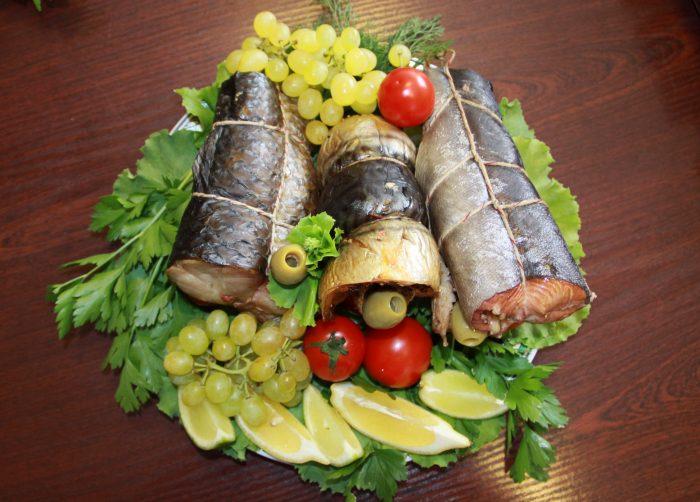 Рыба горячего копчения - сервировка стола