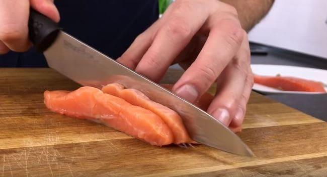 семгу нарезаем длинными полосками по 0,5 см. толщиной