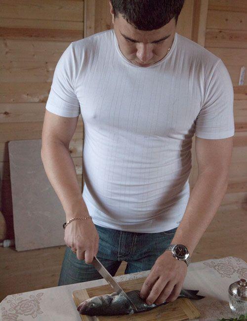 Сибаса помыть, сделать разрез по брюшине, удалить внутренности, еще раз промыть. Ножом сделать надрезы на коже с двух сторон.