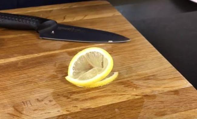 сворачиваем лимон в рулетик