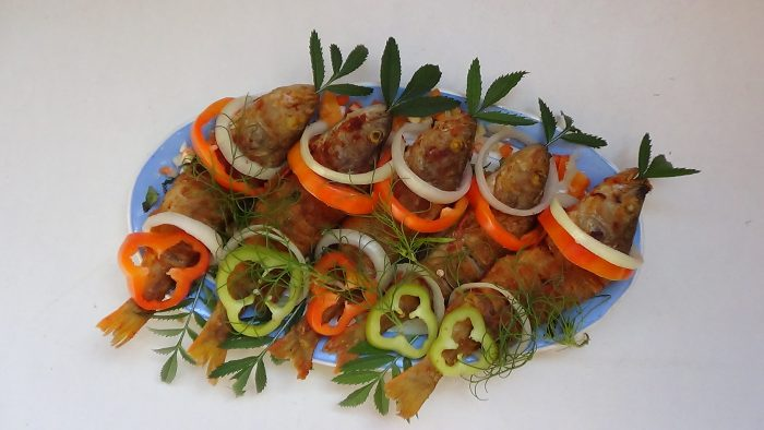 Жаренный карась с кольцами болгарского перца, лука и зеленью