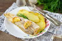 Фото к рецепту: Рыба, запечённая с картошкой и лимоном (в фольге)