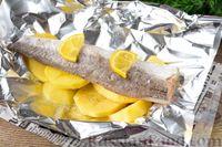 Фото приготовления рецепта: Рыба, запечённая с картошкой и лимоном (в фольге) - шаг №5