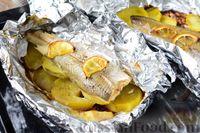Фото приготовления рецепта: Рыба, запечённая с картошкой и лимоном (в фольге) - шаг №7