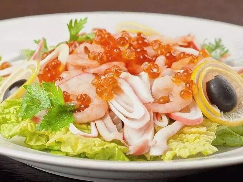Морской салат с креветками, кальмарами и красной икрой