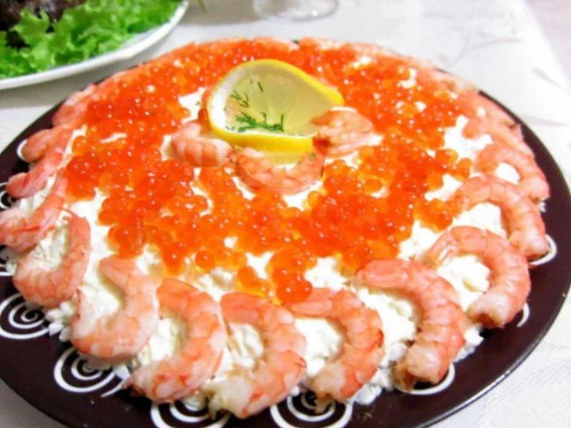 Королевский салат с креветками, кальмарами и красной икрой