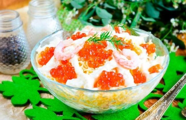 Царский салат с кальмарами и красной икрой