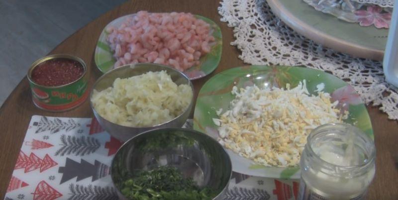 Салат с креветками и красной икрой на новогодний стол