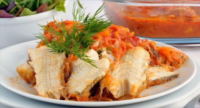 Помещаем рыбу к овощам в сковороду,