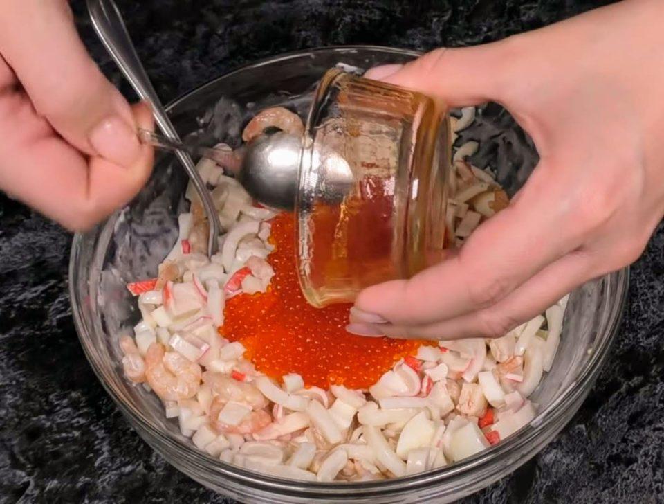 салат нептун с кальмарами креветками и красной икрой
