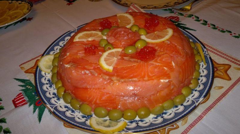 Салат в виде торта с красной икрой
