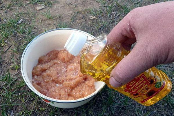 заливаем икру маслом