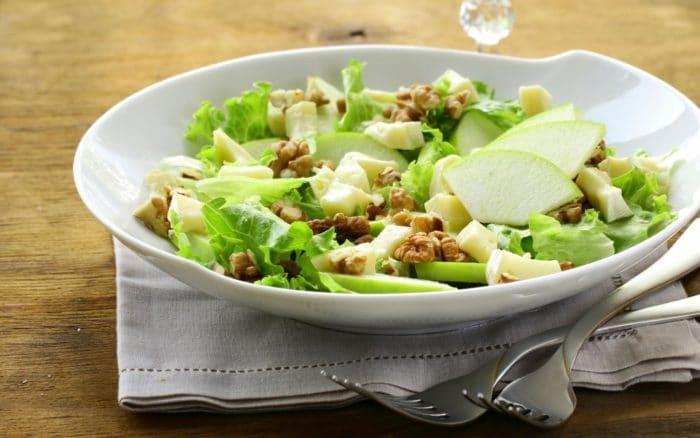 Салат из сардин с яблоками, грецкими орехами