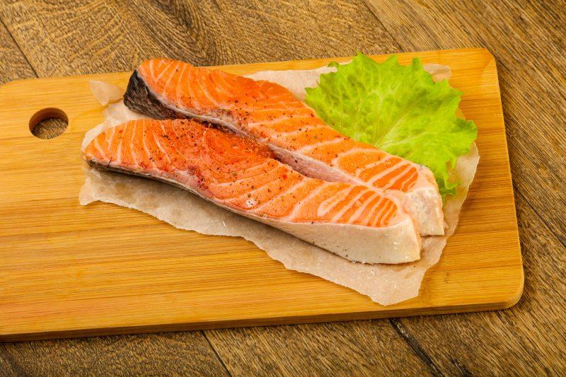 Нежные кусочки запеченной красной рыбы по классическому рецепту
