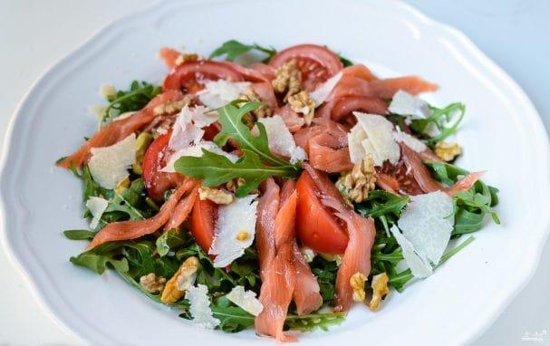Салат с слабосоленым лососем и рукколой