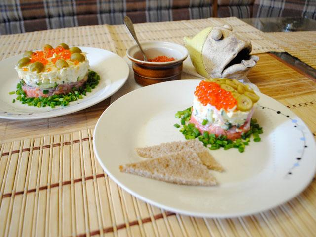 Слоеный салат «По-царски» с красной рыбой и икрой