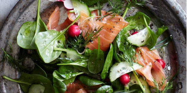 Салат с красной рыбой, редисом, шпинатом и огурцом