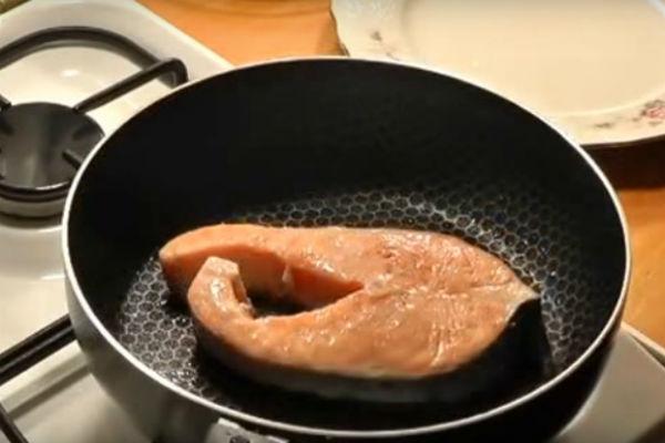 жарим стейки из лосося на сковороде