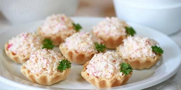 Тарталетки с крабовыми палочками и и сыром