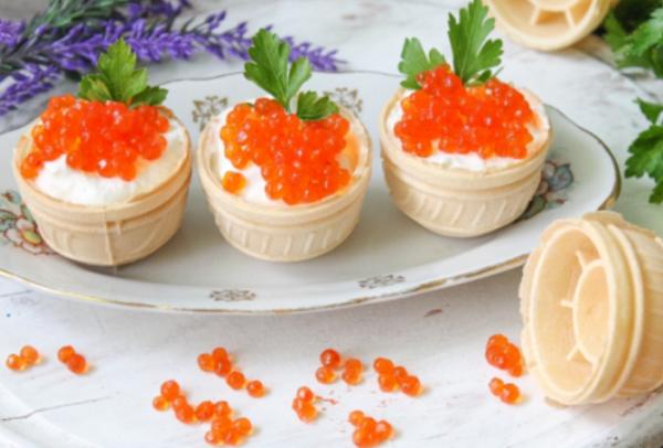 Тарталетки с творожным сыром и красной икрой на праздничный стол