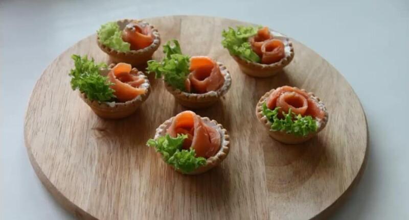 Тарталетки с начинкой из красной рыбы и творожного сыра. Простой рецепт